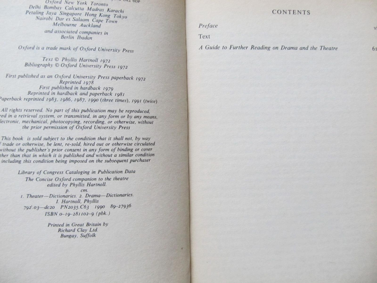 Carte The concise Oxford companion to the Theatre - ***